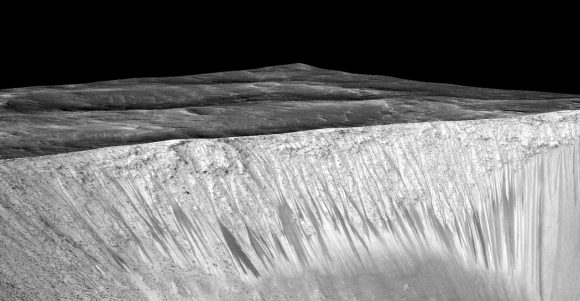 RSL vistas por la MRO en el cráter Garni (NASA/JPL-Caltech/Univ. of Arizona).
