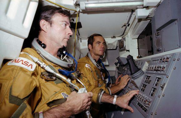 John Young y Bob Crippen (STS-1) con el gusano (NASA).