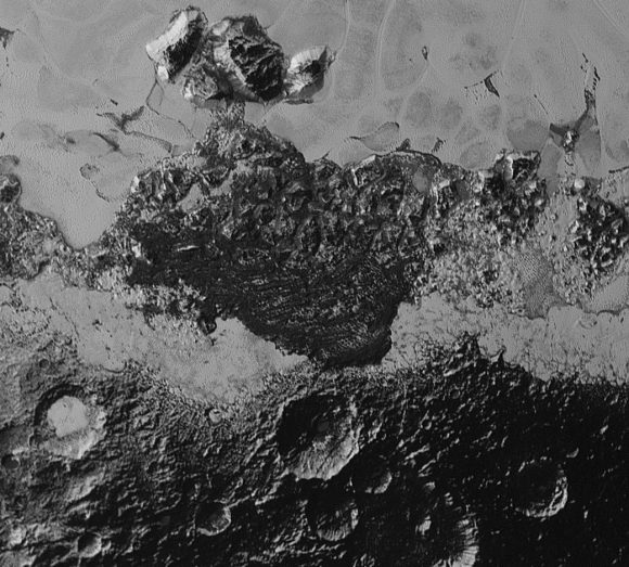 Esta imagen cubre 350 km. Es la región situada entre Cthulhu Regio y Sputnik Planum. Se observan estructuras que podrían ser dunas (NASA/Johns Hopkins University Applied Physics Laboratory/Southwest Research Institute)