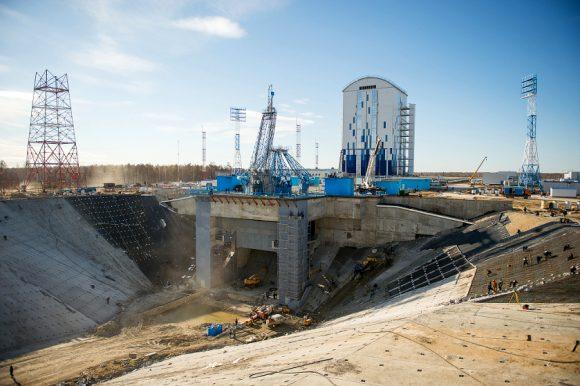 La rampa del Soyuz de Vostochni y su torre de servicio (Spetstroy)
