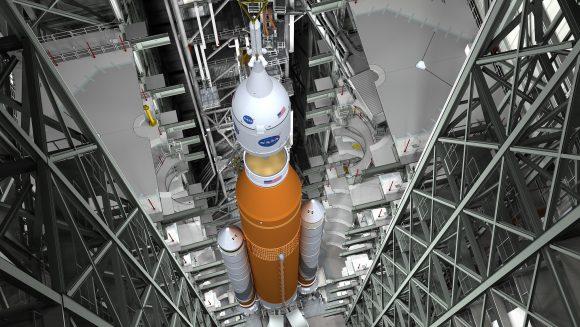 El SLS en el VAB durante la integración con la Orión EM-1 (NASA).