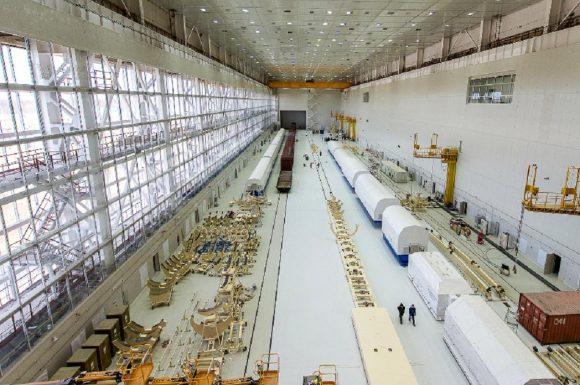 Interior del edificio MIK RN con el tren que lleva los elementos del primer cohete Soyuz 2 (Spetstroy).