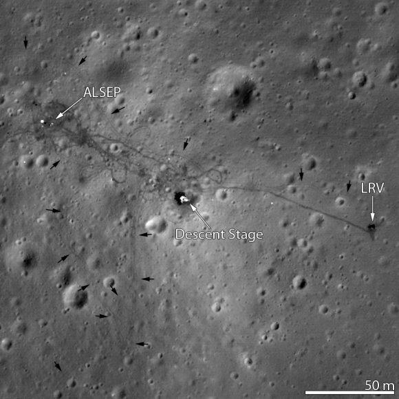 La etapa de descenso del módulo lunar del Apolo 15, el rover y sus huellas, así como varios instrumentos vistos por la sonda LRO de la NASA (NASA).