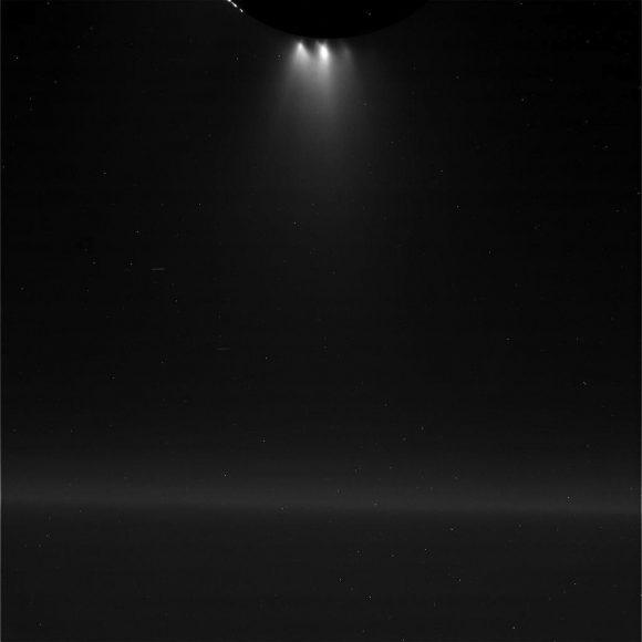 Los chorros del hemisferio sur de Encélado vistos por Cassini el 28 de octubre de 2015 (NASA/JPL).