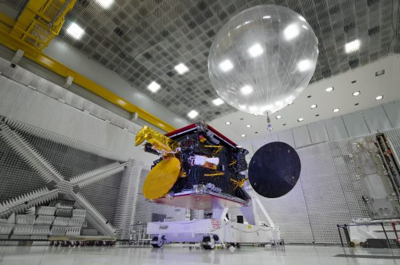 Satélite ARSAT-2 en cuarto limpio CEATSA, Sede Central INVAP CRÉDITOS_INVAP