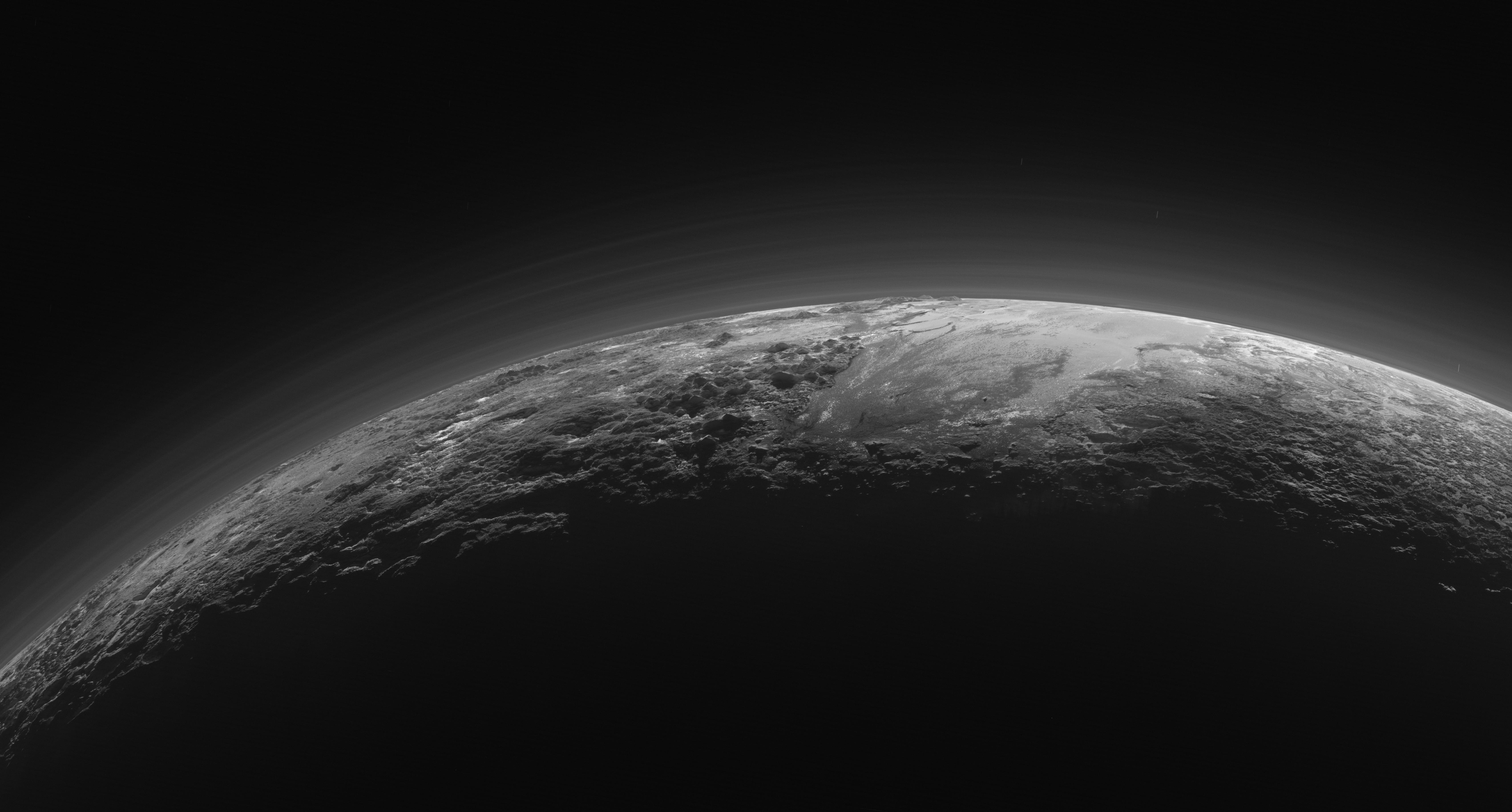Otra imagen anterior de las neblinas orgánicas de Plutón (NASA/JHUAPL/SwRI).