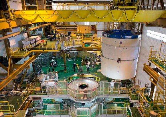 Instalación de la segunda etapa en la VA227 (Arianespace).