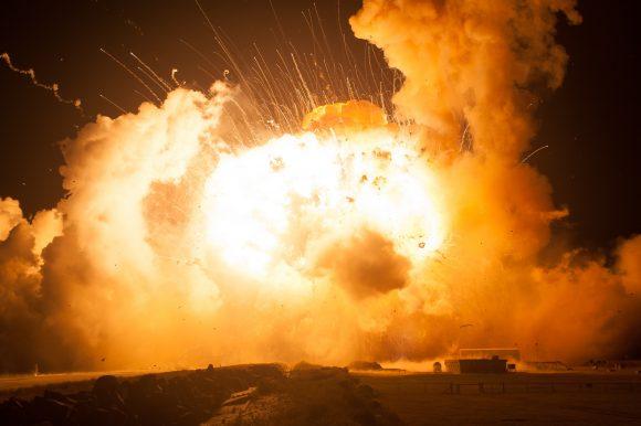 El cohete es destruido a pocos metros sobre el suelo (NASA).
