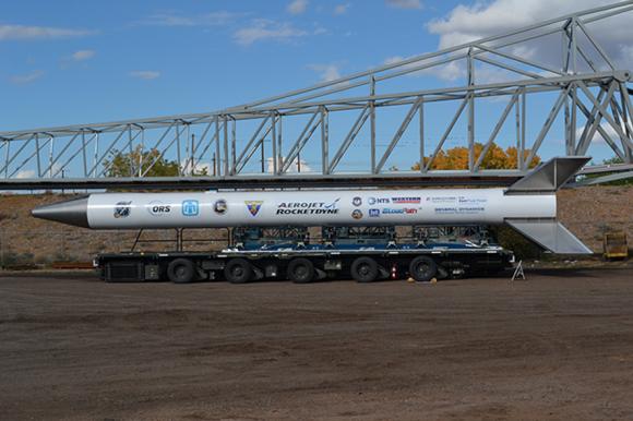 El Super Strypi de esta misión en la plataforma de lanzamiento (Aerojet Rocketdyne).