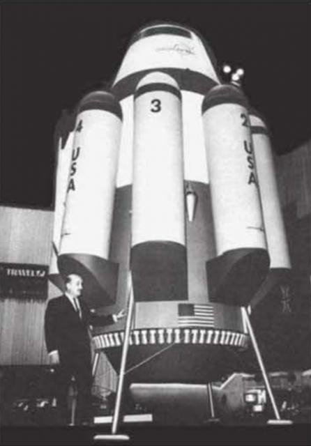 Bono junto a una maqueta del sistema de lanzamiento SSTO/VTOVL Rombus.
