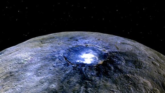 Las manchas blancas del cráter Occator en falso color (NASA/JPL-Caltech/UCLA/MPS/DLR/IDA).