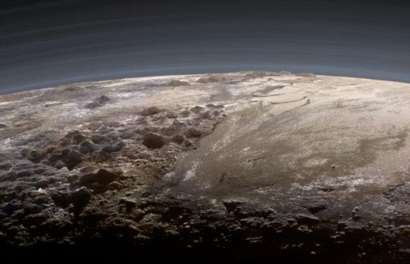 La atmósfera y la superficie de Plutón vistas por la New Horizons el 14 de julio de 2015 (NASA).