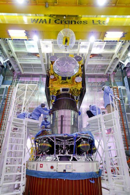 El IRNSS-1E sobre la cuarta etapa (ISRO).