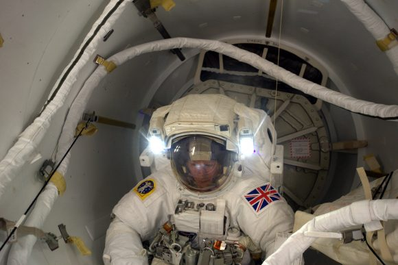 Momento en el que Peake sale al exterior de la estación por la esclusa Quest (NASA).