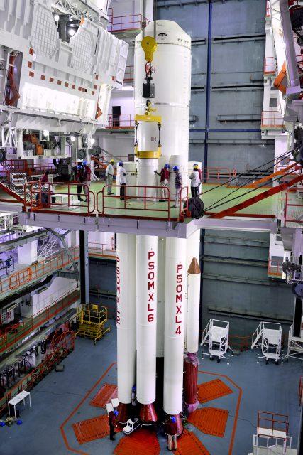 Instalando los cohetes de combustible sólido en el PSLV C31 (ISRO).