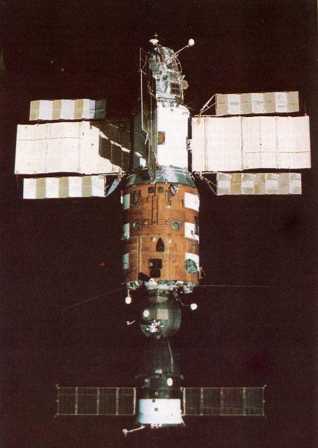Estación espacial soviética Salyut 7 (abajo se ve la Soyuz T-14 acoplada).