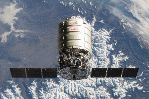 Nave Cygnus Orb-1 de primera generación con un módulo presurizado más pequeño y paneles rectangulares (NASA).