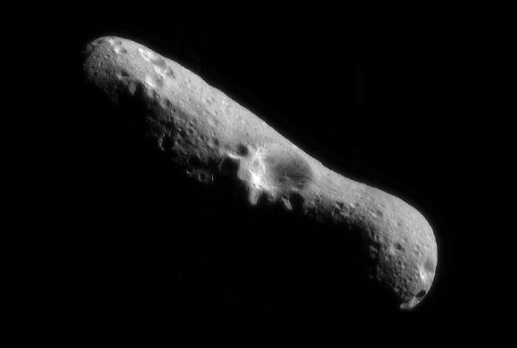El asteroide Eros visto por la sonda NEAR (NASA).