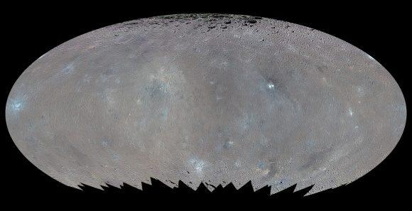 Mapa global de Ceres en color donde se aprecian los terrenos azules, probablemente relacionados con la presencia de hielo de agua (NASA/JPL-Caltech/UCLA/MPS/DLR/IDA/PSI).
