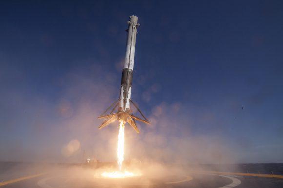 La primera etapa del Falcon 9 aterriza en la barcaza ASDS durante la misión Dragon SpX-8 en abril de 2016 (SpaceX).