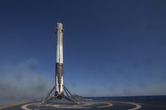 La etapa del Falcon 9 tras el primer aterrizaje en la barcaza en abril de 2016 (SpaceX).