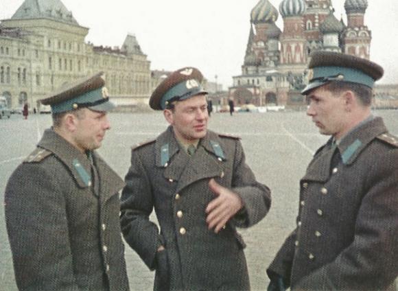 Gagarin, Titov y Nelyubov en la Plaza Roja en una foto tomada antes del día 5 de abril.