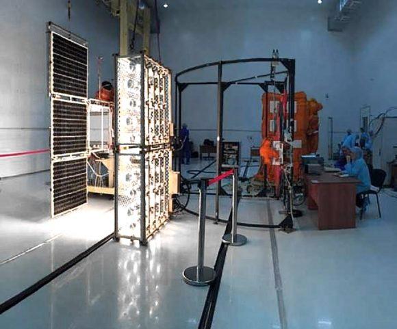 Pruebas de los paneles solares del Lomonósov (Roscosmos).