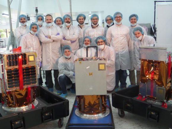 Satélites ÑuSat junto a personal de Satellogic (Satellogic).