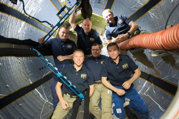 Los miembros de la Expedición 47 dentro del módulo BEAM Bigelow (NASA).