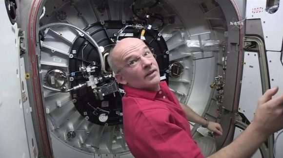 Jeff Williams durante la maniobra de inflado (NASA).