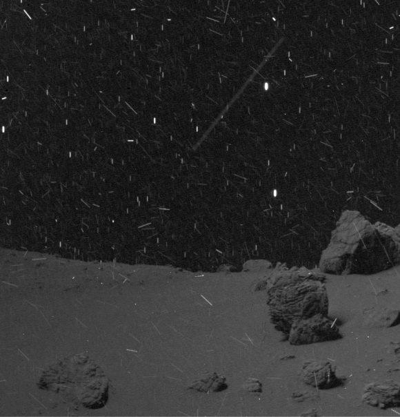 El entorno polvoriento de Rosetta visto por OSIRIS el 1 de junio a 20 km de distancia (ESA/Rosetta/MPS for OSIRIS Team MPS/UPD/LAM/IAA/SSO/INTA/UPM/DASP/IDA).