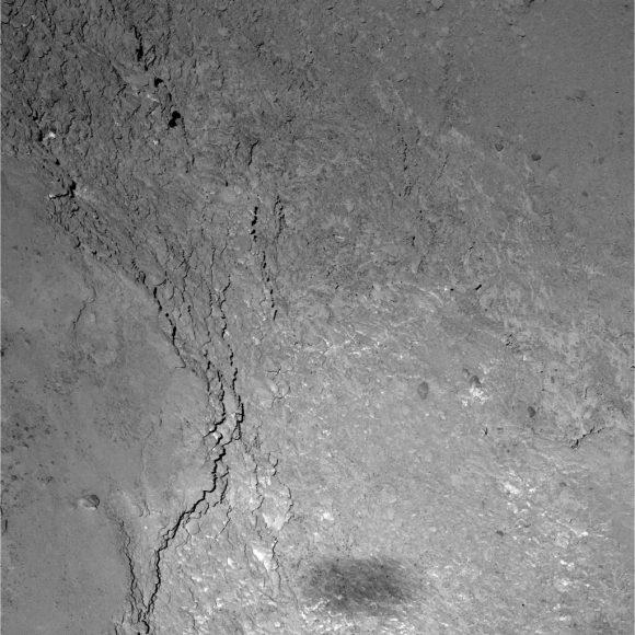 La sombra de Rosetta sobre el cometa (ESA/Rosetta/MPS for OSIRIS Team MPS/UPD/LAM/IAA/SSO/INTA/UPM/DASP/IDA).