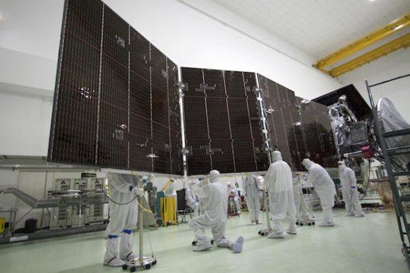 Probando los paneles solares de Juno (NASA).