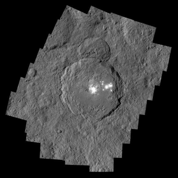 Cráter Occator de Ceres con las manchas blancas de carbonato de sodio (NASA).
