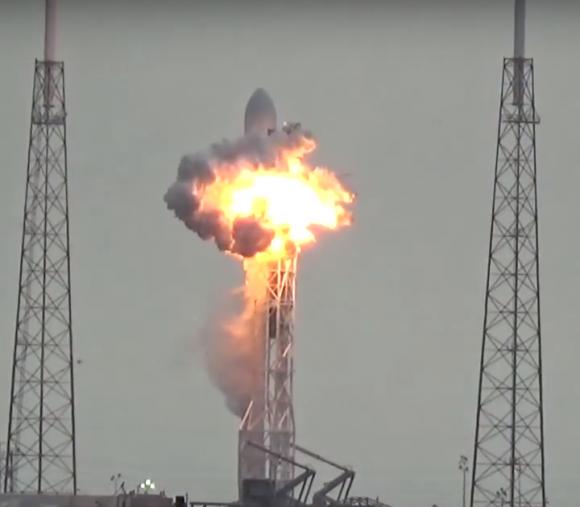 Momento de la explosión del Falcon 9 en la rampa (USLaunchReport.com).