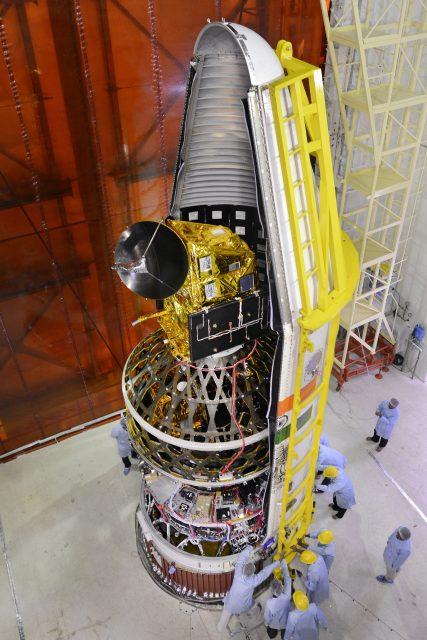 Inserción en la cofia y vista de la cuarta etapa de la C35 (ISRO).