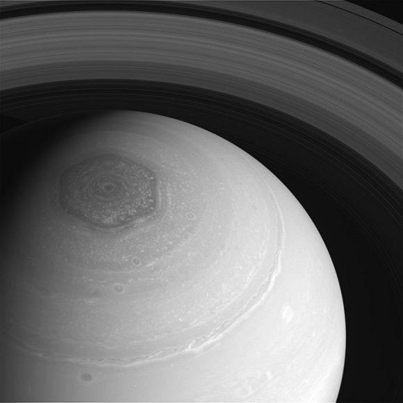 El polo de Saturno visto por Cassini en 2013. Destaca el curioso hexágono (NASA/JPL-Caltech/SSI/Hampton University).