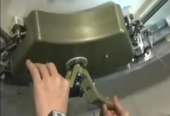 Abriendo la escotilla de la Tiangong 2 desde 'fuera' (CCTV).