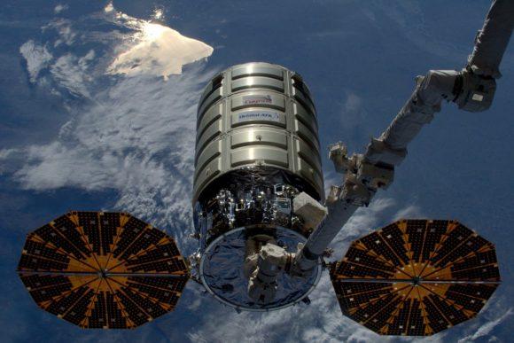 La nave Cygnus OA-6 antes de ser capturada por el brazo robot de la ISS (NASA).