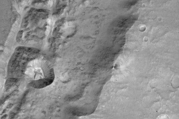 Cráter de 1.4 km visto por CaSSIS con una resolución de 7,2 metros/píxel. (ESA/Roscosmos/ExoMars/CaSSIS/UniBE).