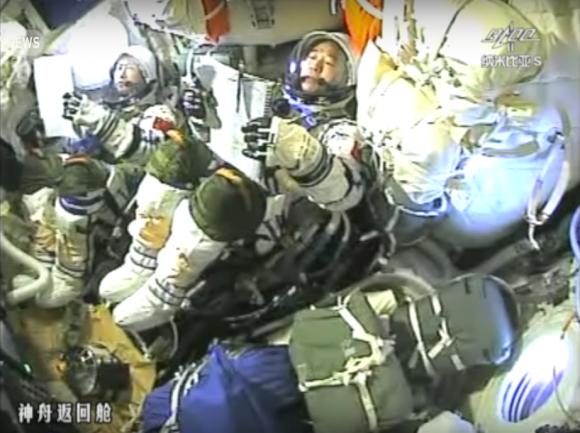 Los astronautas durante el regreso a la Tierra (Xinhua).