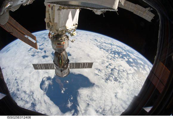 Nave Soyuz acoplada a la ISS (NASA).