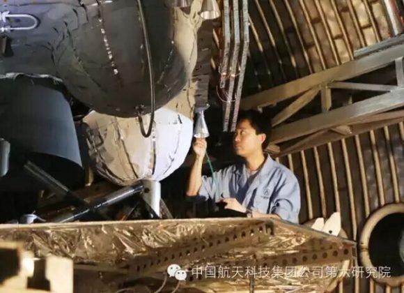 Un técnico durante el montaje de la Chang'e 5.