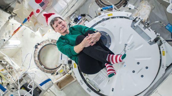 Peggy Whitson, de la Expedició 50, posa con ropa navideña dentro del módulo japonés Kibo (NASA).