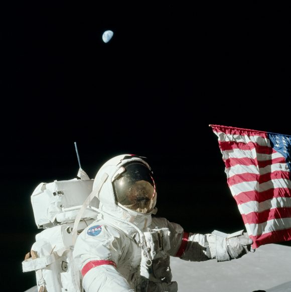 Gene Cernan en el valle de Taurus-Littrow con la Tierra sobre su cabeza (NASA).