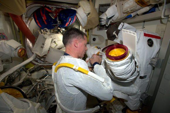 Inspección de los trajes. Kimbrough ya lleva puesto el LCVG (Liquid Cooling and Ventilation Garment)  con tubos de agua para refrigeración (NASA).