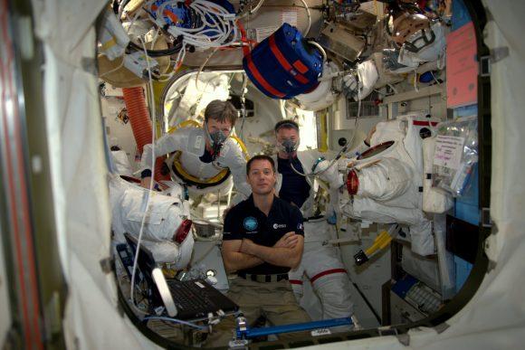 Los astronautas purgan el nitrógeno de su sangre respirando oxígeno puro (NASA).