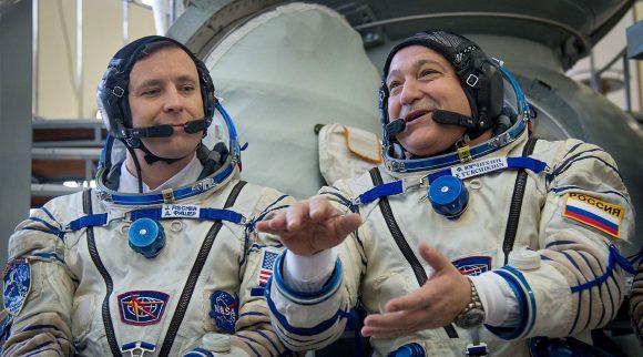 Tripulación de la Soyuz MS-04: Fisher (izquierda) y Yurchijin (Roscosmos).