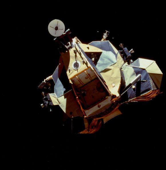 Cernan en la ventanilla izquierda del módulo lunar Challenger antes de acoplarse con el módulo de mando CSM Columbia (NASA).