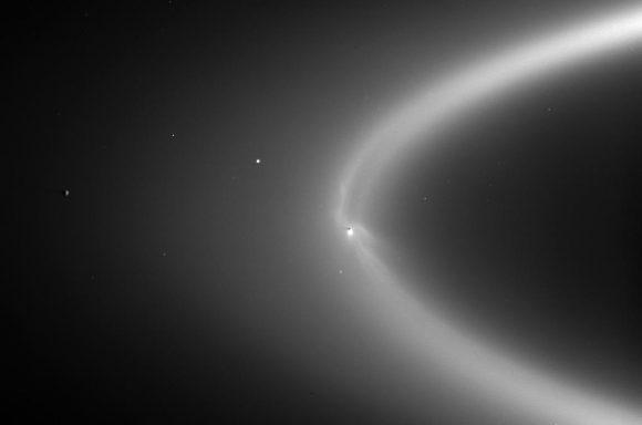 Encélado, sus géiseres y el anillo E vistos por la Cassini (NASA/JPL).